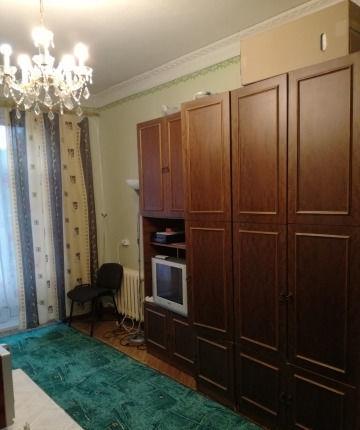 Уютная комната, с мебелью со всеми бытовыми приборами и посудой.